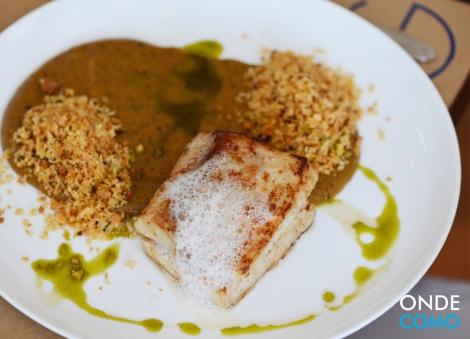 Peixe grelhado com purê de banana, farofa de macadâmia e espuma de gengibre